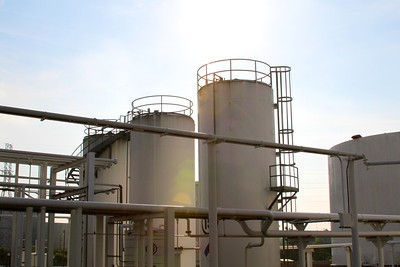 The U.S. petroleum distribution industry includes: 144 refineries